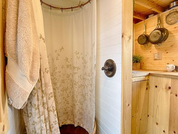 tiny-house-shower